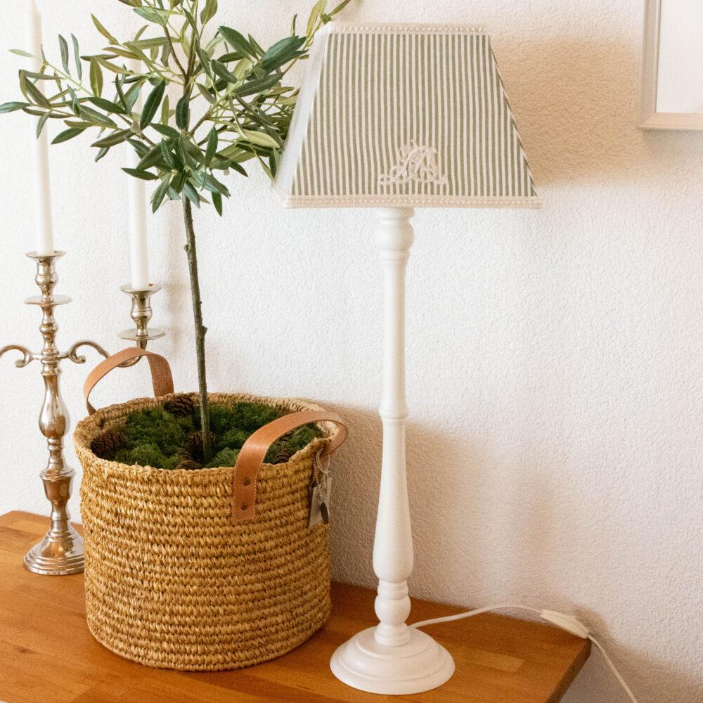 Vintage Lampe Mit Weissem Holzfuss Und Schirm Von Lene Bjerre Im Landhausstil